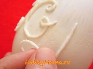 Надпись в технике пейп-арт на пасхальном яйце