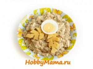 Теплый салат из баклажанов с яйцами и маринованным луком